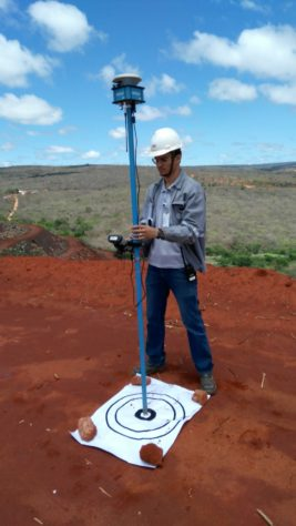 GPS RTK sendo utilizado em pontos de controle 267x474 Artigo: comparação entre topografia com Drones x topografia tradicional