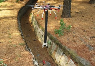 drone com braco robotico em acao