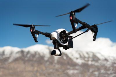 drone da dji fazendo imagem