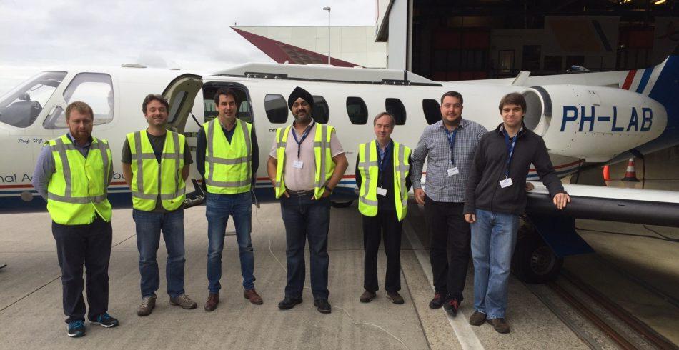 Membros da equipe da Inmarsat, da Agência Espacial Europeia (ESA) e da Honeywell durantes os voos de teste recentes do projeto de modernização do tráfego aéreo Iris Precursor