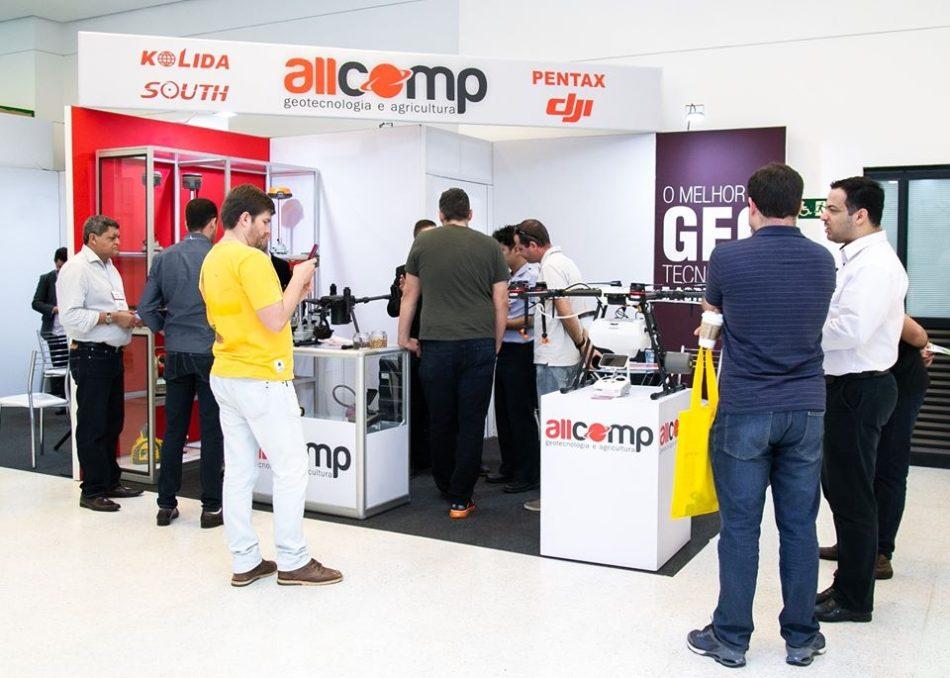 Estande da Allcomp em edição recente da feira MundoGEO Connect e DroneShow