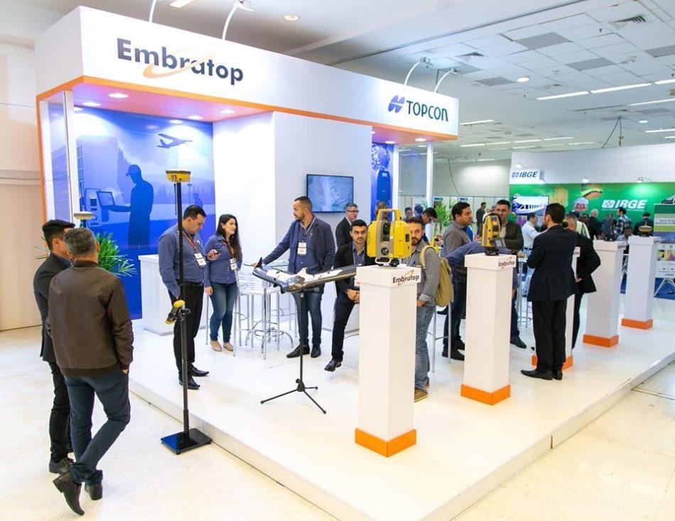 Estande da Embratop em edição recente da feira MundoGEO Connect e DroneShow