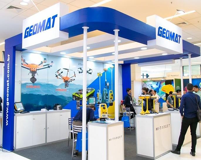 Estande da Geomat em edição recente da feira MundoGEO Connect e DroneShow