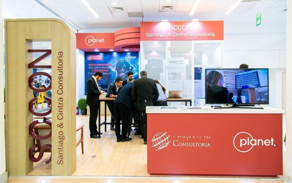 Estande da SCCON Geospatial em edição recente da feira MundoGEO Connect e DroneShow
