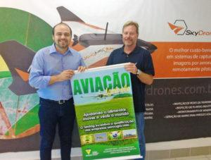 Foto: Ulf Bogdawa (dir) recebendo o banner do Sindag ds mãos do secretário-executivo da entidade, Júnior Oliveira